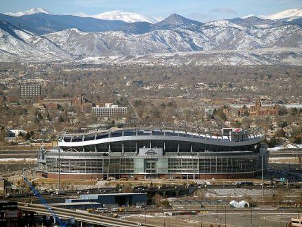Denvers Footballstadion vor Colorados Bergkulisse