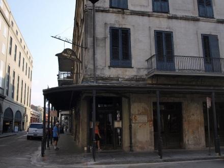 Auch am berühmten Napoleon House in der Chartres Street sind die Spätfolgen von Katrina unübersehbar - ©Alexander Lechner