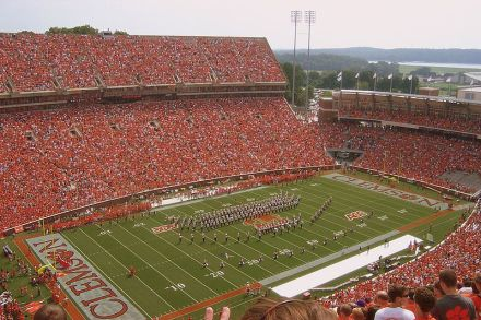 """Clemsons Memorial Stadium fasst 82.000 und wird """"Death Valley"""" genannt - Bild: Wikipedia."""
