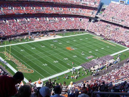 """Das neue Browns-Stadion mit dem """"neuen"""" Dawg Pound hinter der rechten Endzone - Bild: Wikipedia"""